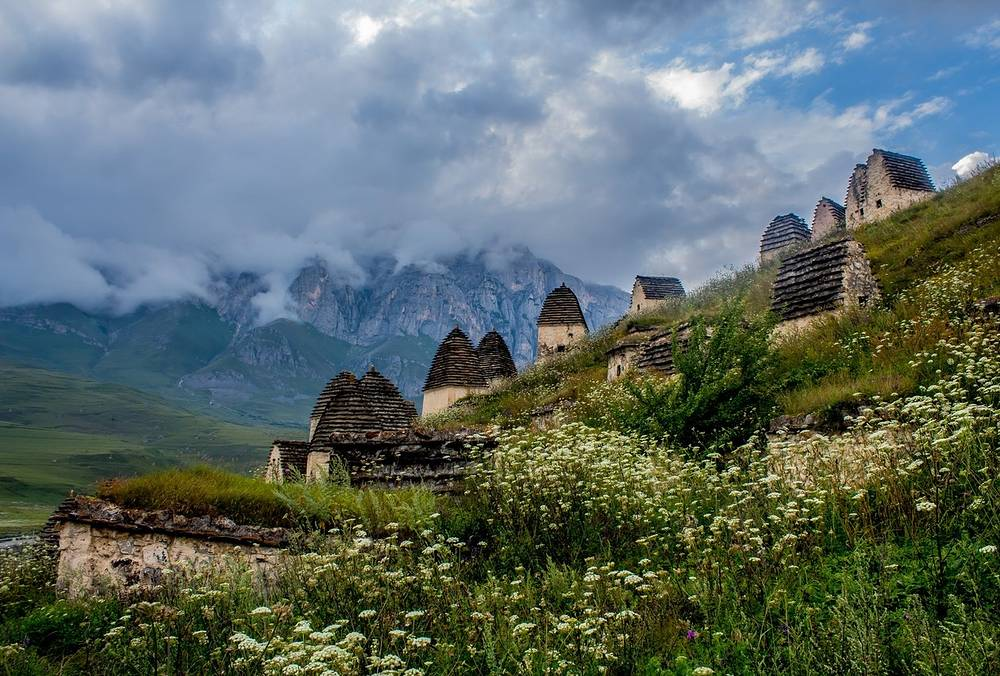 Величественный Даргавсский некрополь — комплекс родовых склепов, где с XIV века осетины хоронили своих предков.