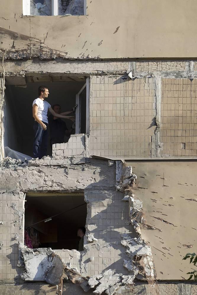 Последствия артобстрела в жилом районе Донецка