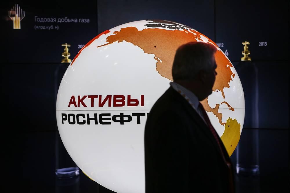"""США распространили санкции на """"Роснефть"""". Компания занимает первое место в России и мире по объемам добычи нефти и третье место в РФ по добыче природного газа. 69,5% акций """"Роснефти"""" принадлежат государственному """"Роснефтегазу"""", более 19% - корпорации BP. Санкции предусматривают запрет на привлечение любых займов, кроме краткосрочных (менее 90 дней)"""
