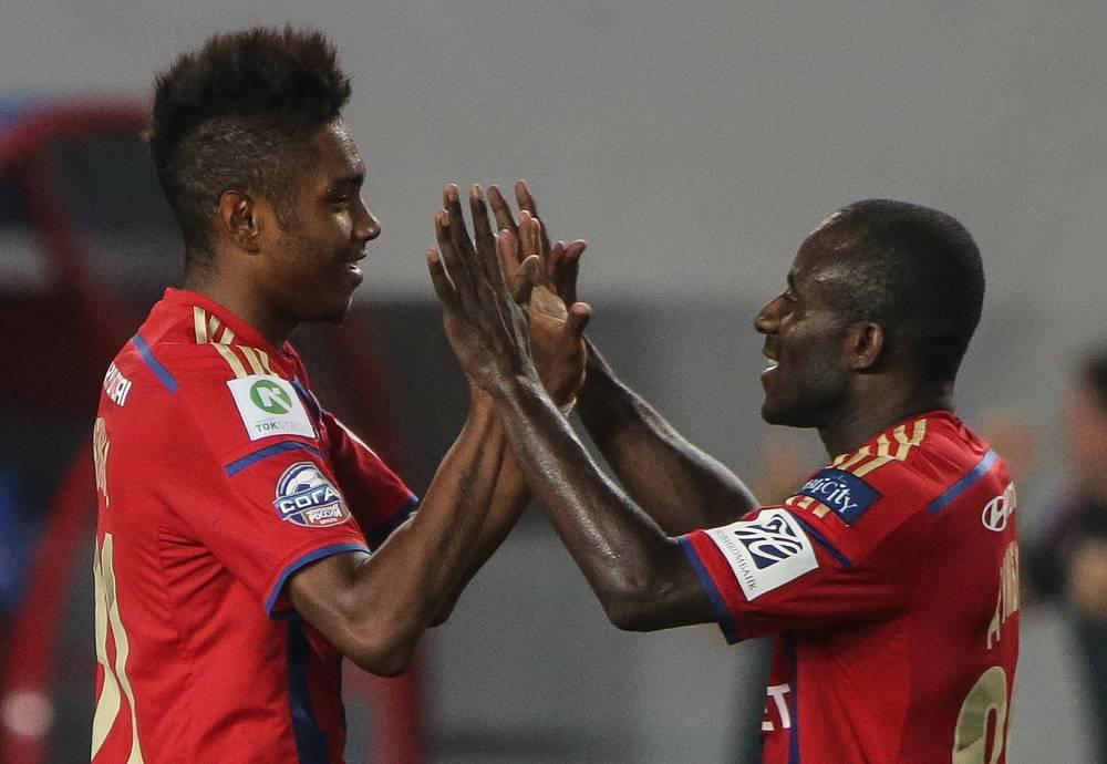 Сейду Думбия (справа) поздравляет бразильского нападающего Витиньо с дебютным голом в составе ЦСКА