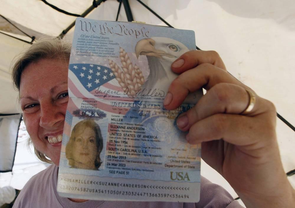 """Гражданка США, выжившая после тайфуна """"Хайян"""" на Филиппинах, демонстрирует свой паспорт, 2013 год"""