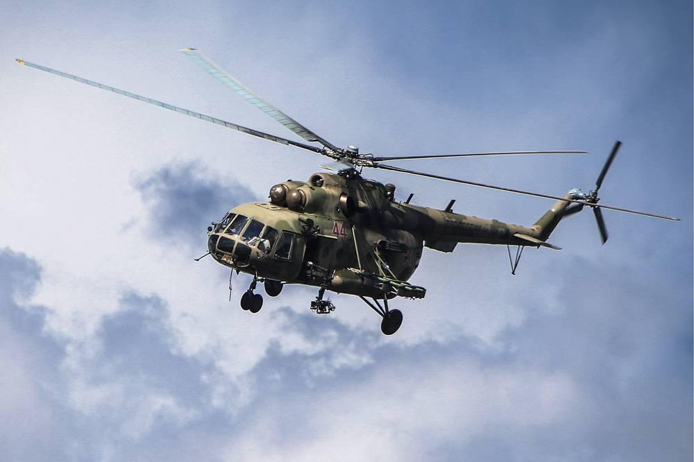 "Вертолет Ми-8 во время международного этапа ""Танкового биатлона-2014"" на полигоне Алабино"