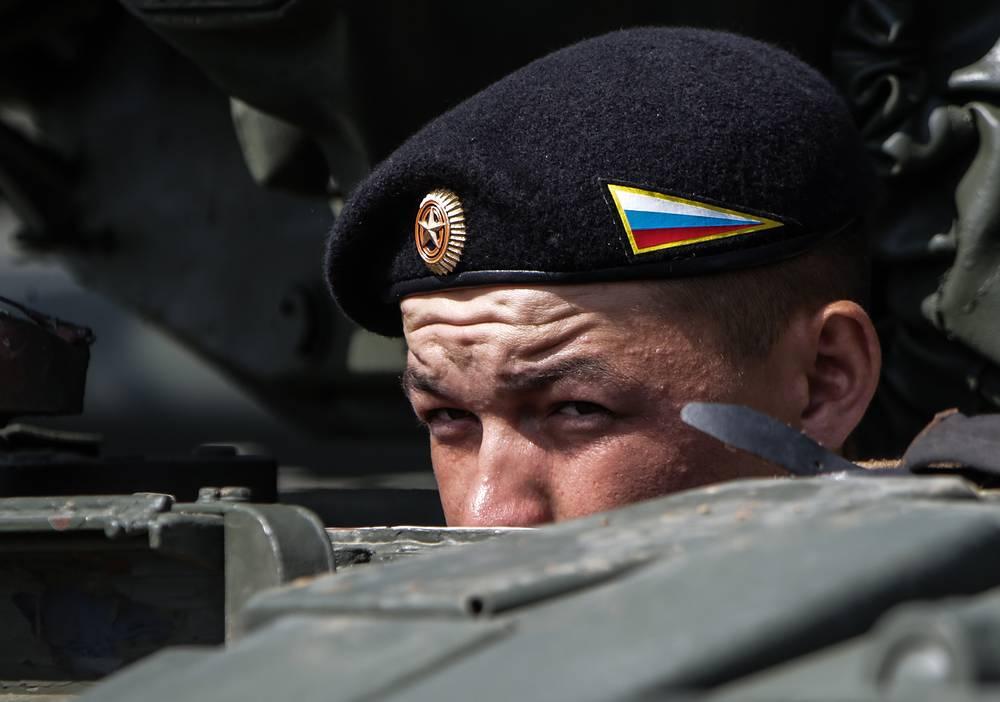 Член российского танкового экипажа во время соревнований