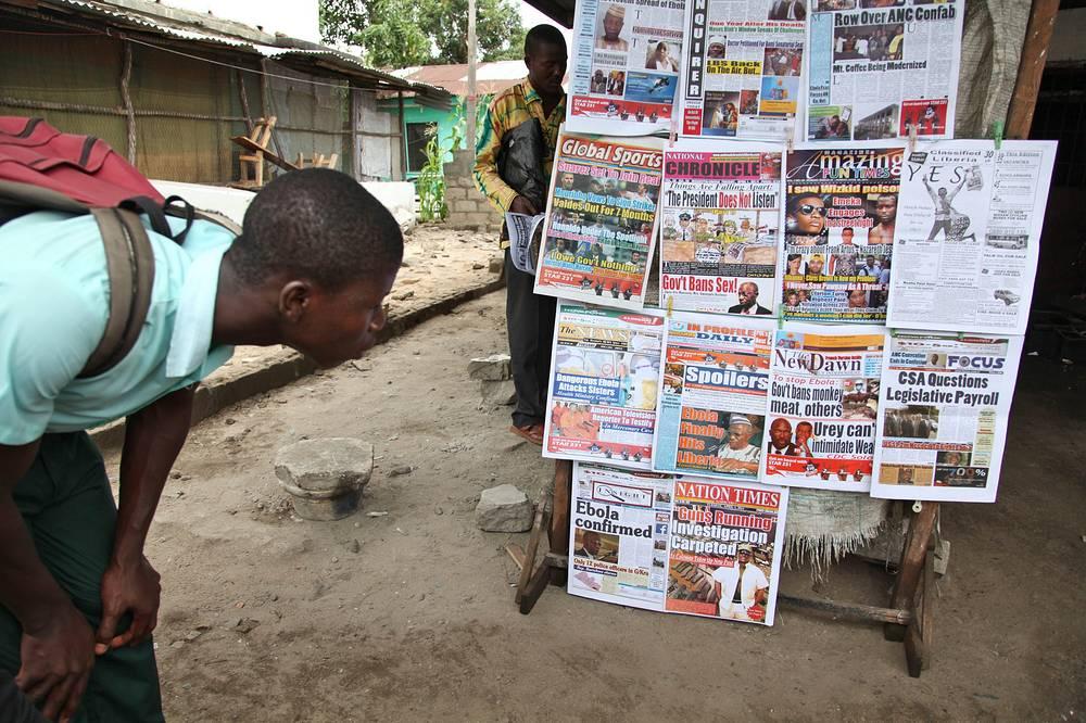 За последние 20 лет самые смертельные вспышки произошли в 1995, 2000 и 2003 годах. Новая вспышка лихорадки была зафиксирована в феврале этого года на западе Африки. На фото: житель столицы Либерии Монровии читает заголовки газет о новой вспышке эпидемии