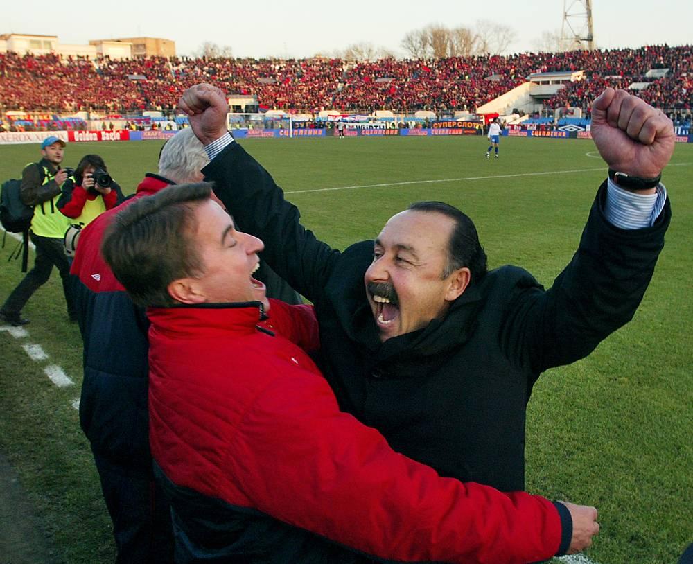 2005 год стал для Валерия Газзаева самым успешным в тренерской карьере (на фото - тренер после победы ЦСКА в чемпионате России)