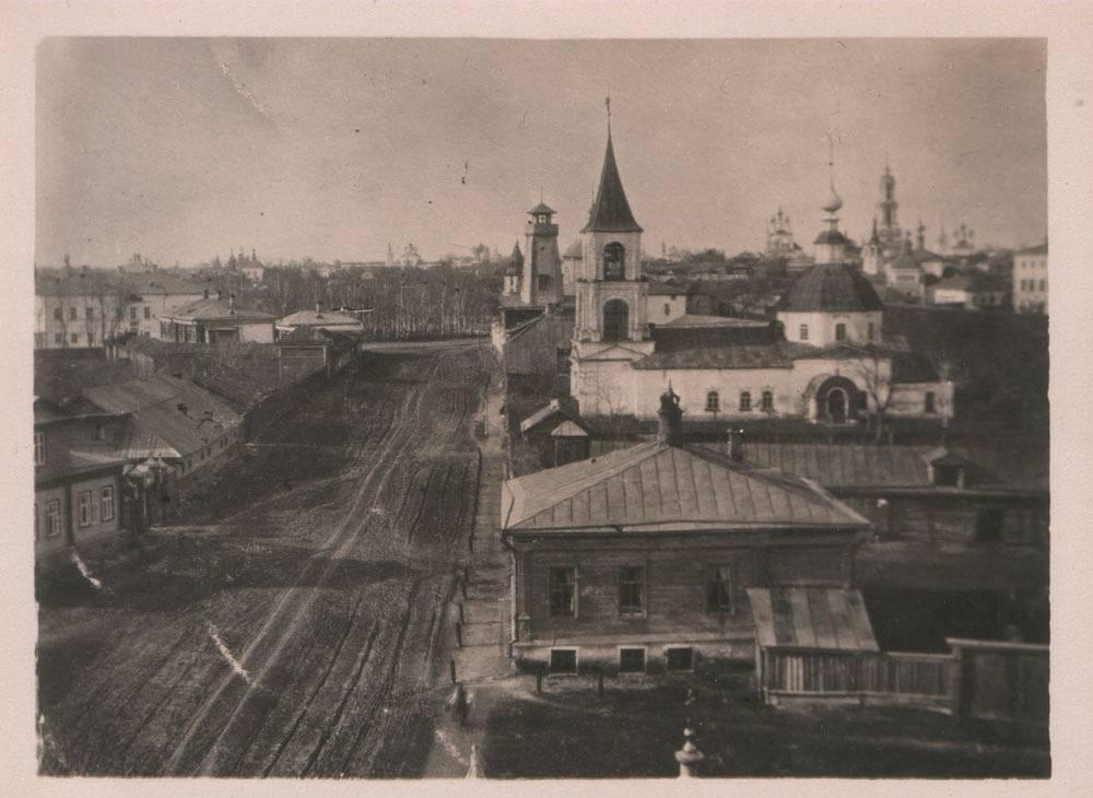 Вид с колокольни Никольской церкви на Афанасьевскую церковь, которая в настоящее время разрушена