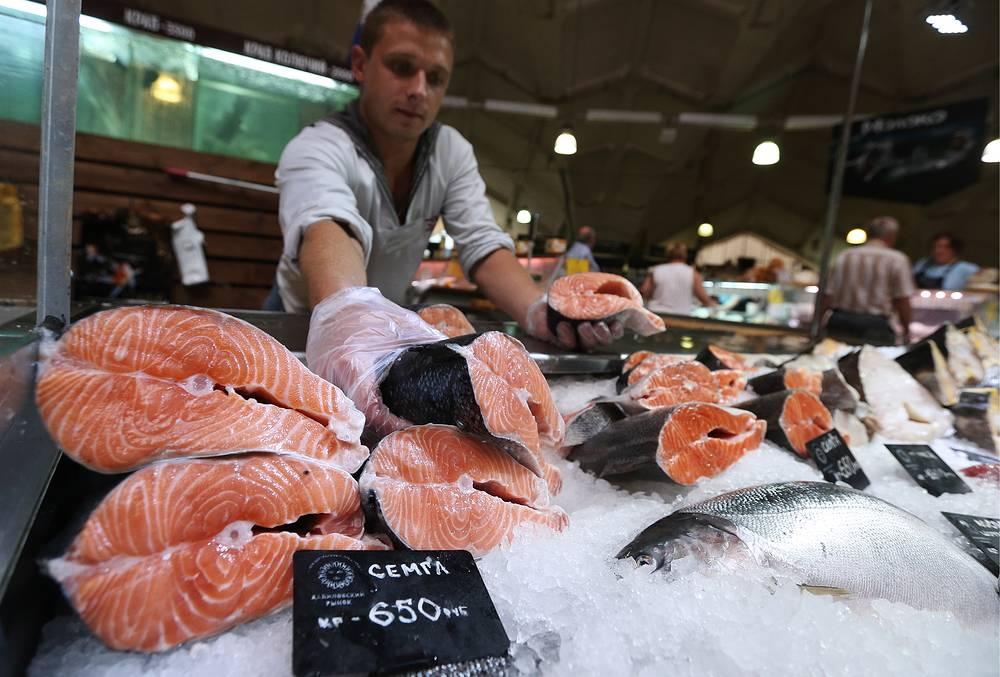 7 августа правительство РФ ввело полный запрет на поставки говядины, свинины, мяса птицы, рыбы, сыров, молока и плодоовощной продукции из Австралии, Канады, ЕС, США и Норвегии сроком на один год