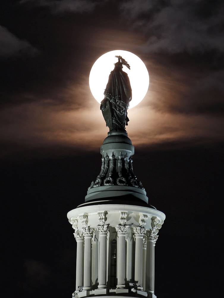 Бронзовая статуя Свободы скульптора Томаса Кроуфорда на вершине Капитолия в Вашингтоне, США