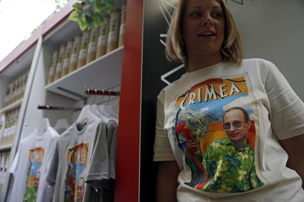 Коллекция футболок с изображением президента России Владимира Путина в ГУМе, Москва, 2014 год