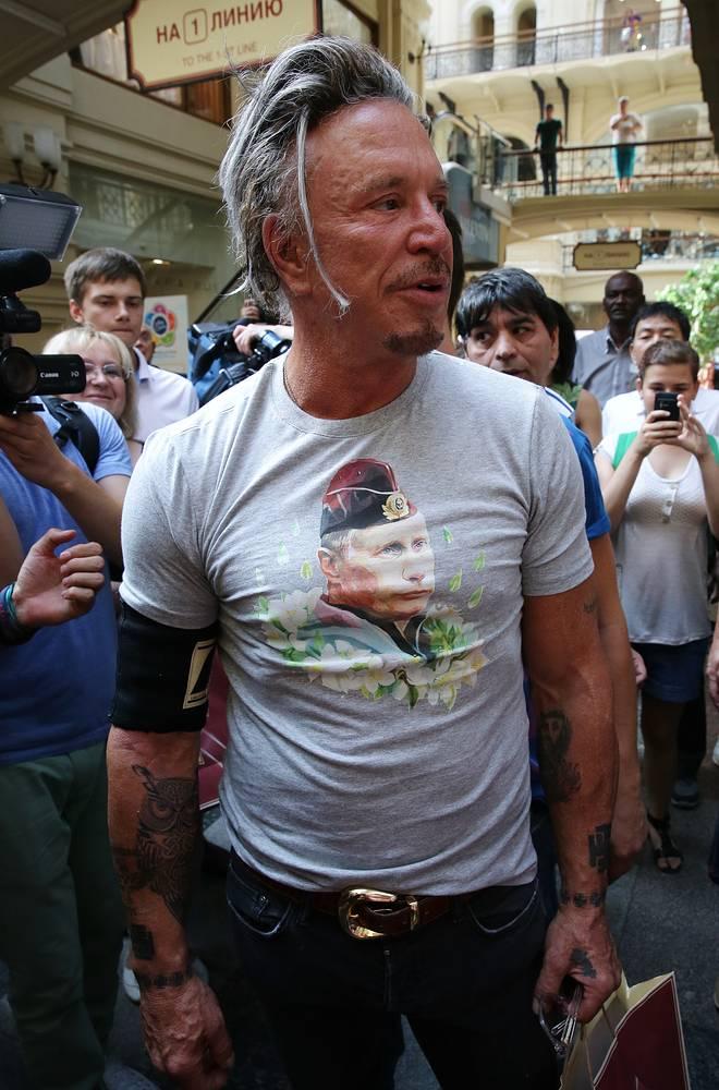 Американский актер Микки Рурк во время старта продаж одежды и аксессуаров с изображением Владимира Путина в ГУМе, 2014 год