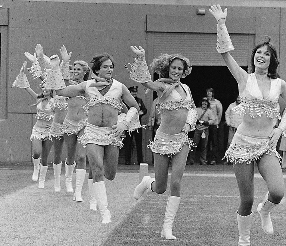 """Робин Уильямс (третий справа) в костюме болельщицы на съемках сериала """"Морк и Минди"""", 1979 год"""