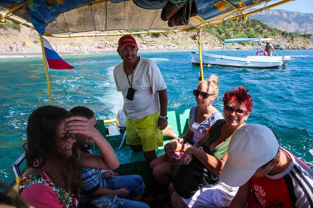 По данным Министерства курортов и туризма Крыма, в прошлом году доход от туриндустрии полуострова в переводе с гривен на рубли составил около 200 млрд руб., из них 60 млрд руб. - доходы от проживания туристов