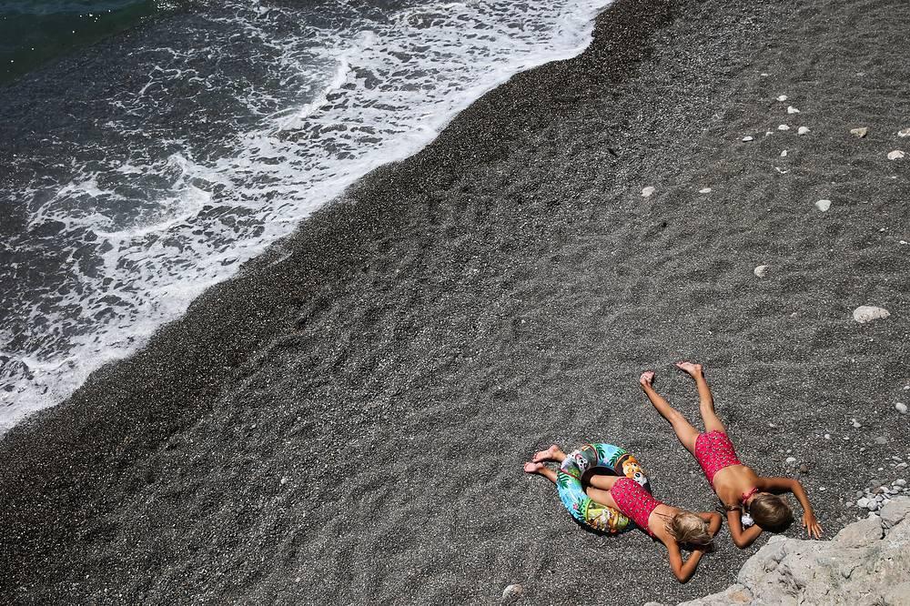 На территории полуострова расположен 561 пляж общей протяженностью 517 км. 400 пляжей открыты для бесплатного посещения