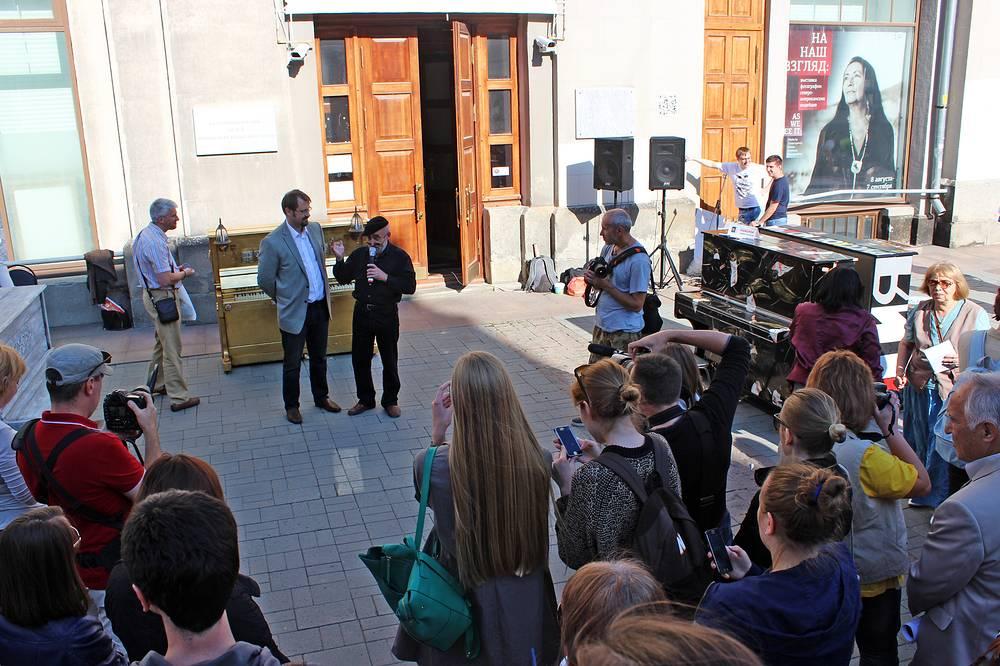 Никита Корытин, директор екатеринбургского Музея ИЗО и художник Сережа Пикассо (в центре)
