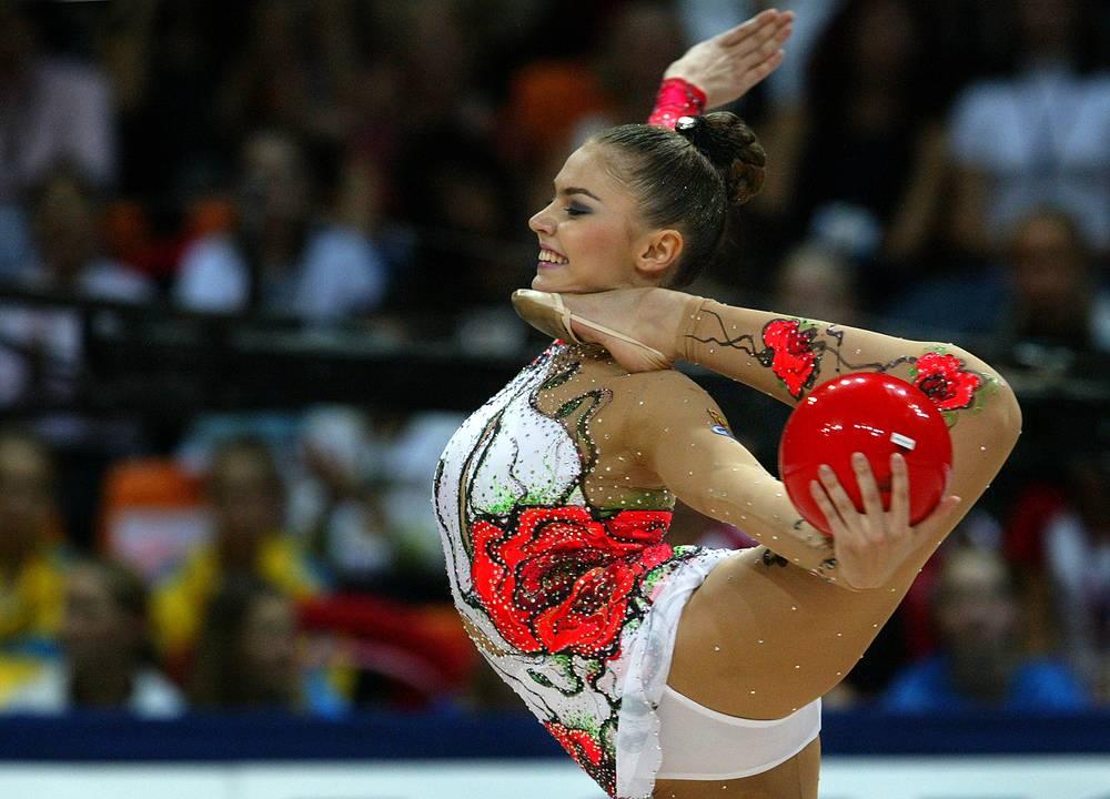 Алина Кабаева, художественная гимнастика. Чемпионка ВЮИ-1998 в Москве, олимпийская чемпионка 2004 года в Афинах, бронзовый призер Игр-2000 года в Сиднее, девятикратная чемпионка мира