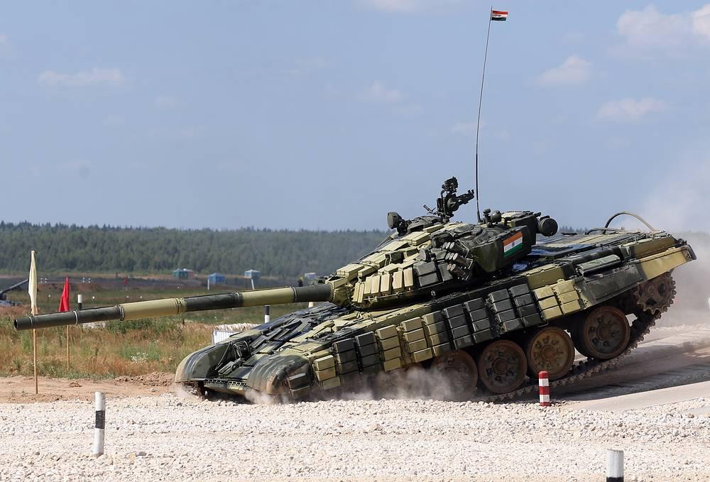 Танк Т-72Б экипажа из Анголы во время гонки преследования