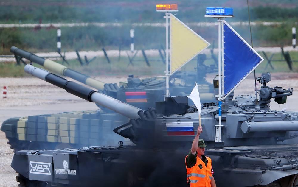Танки Т-72Б экипажей из Армении и России во время эстафетной гонки