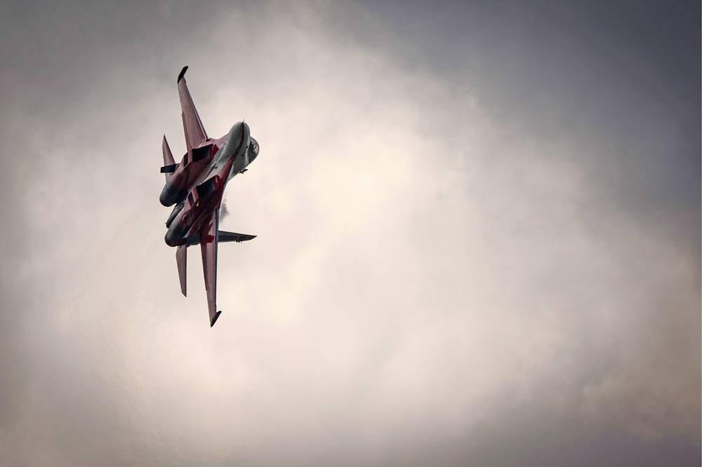 """Истребитель Су-30 стал победителем шоу """"Форсаж"""", где самолеты соревновались в скорости с суперкарами"""