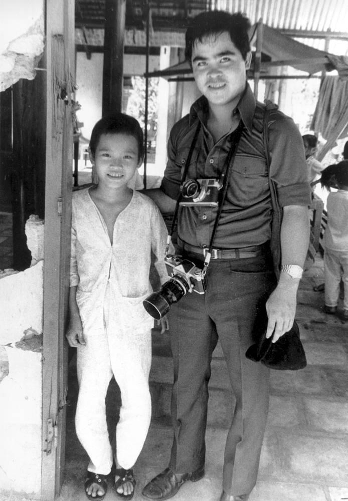 Фотограф агентства Associated Press Ник Ют - автор самой известной фотографии Вьетнамской войны. Снимок вьетнамской девочки, убегающей от взрывающегося напалма, в 1972 году облетел все мировые СМИ. Автор фото был удостоен Пулитцеровской премии