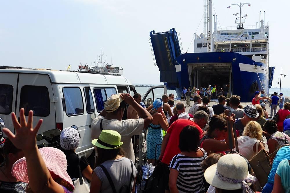 В августе в связи с завершением туристического сезона и массовым оттоком отдыхающих из Крыма Керченская паромная переправа работает на пределе возможностей. На фото: пассажиры в очереди на паром в порту Крым
