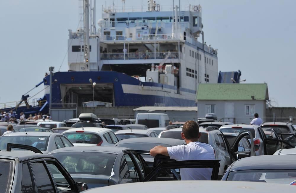 """К перевозкам также был привлечен дополнительный паром """"Робур"""" вместимостью 200 машин. На фото: порт Кавказ"""