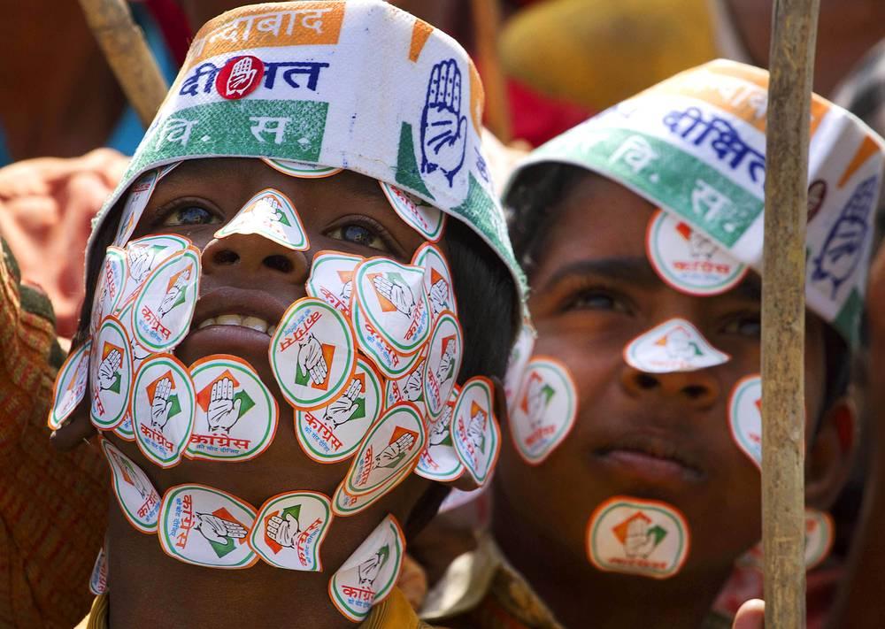 Сторонники правящей в Индии партии Конгресса слушают выступление премьер-министра Индии Манмохана Сингха на предвыборном митинге, февраль 2012 года