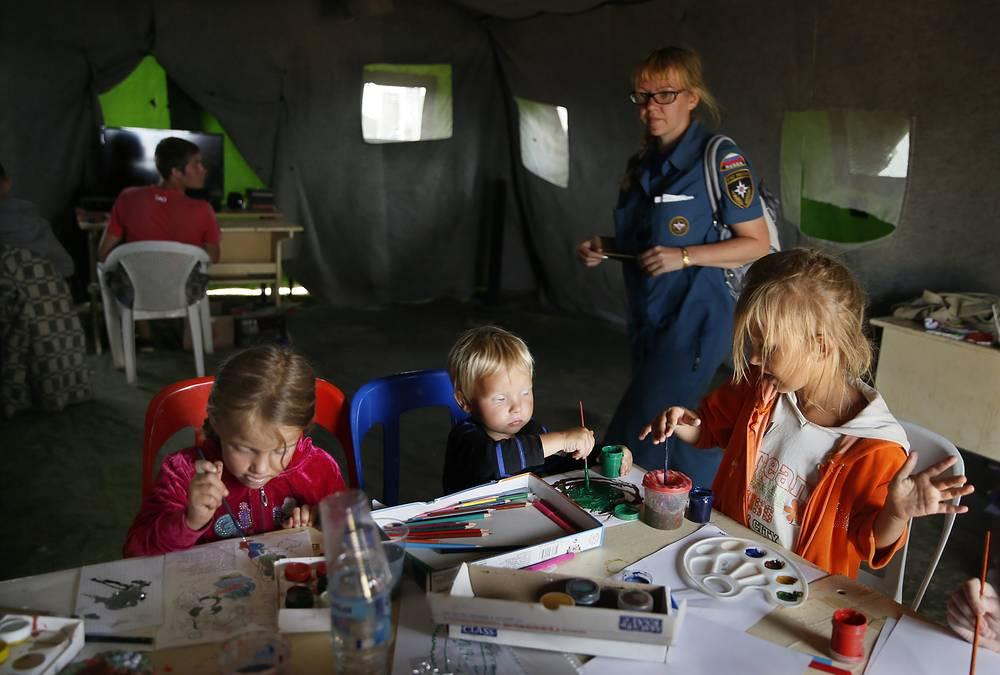 Дети в палаточном лагере в Ростовской области