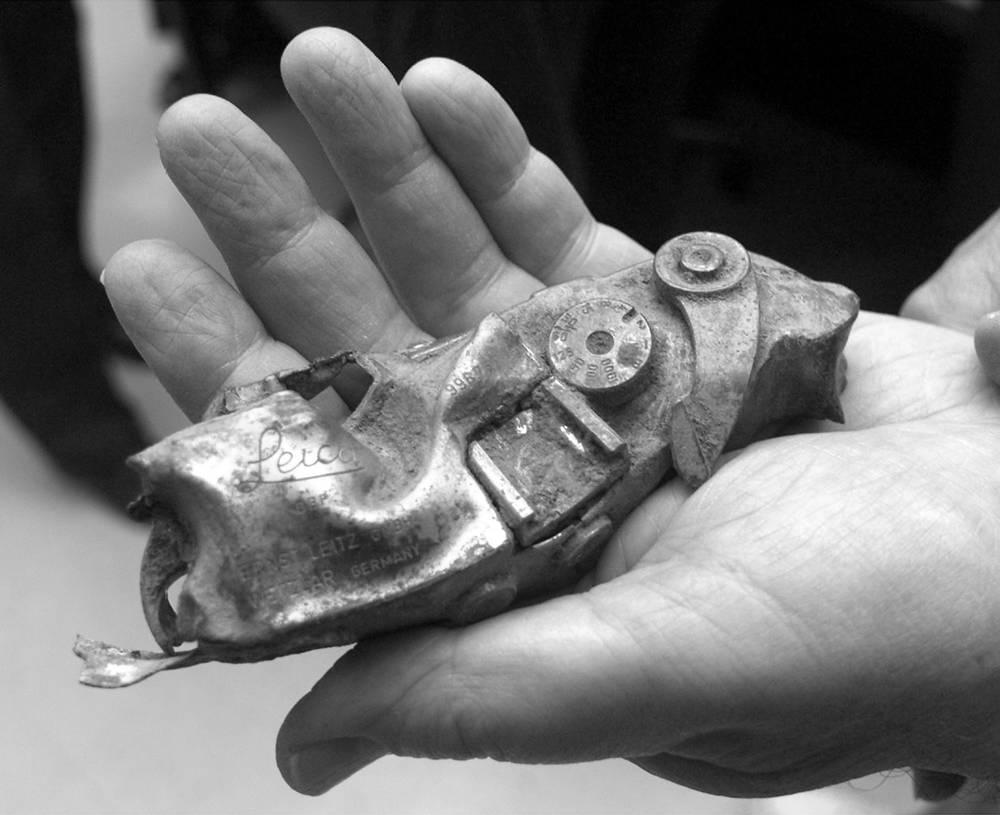 Ларри Барроуз погиб во время южновьетнамского вторжения в Лаос в феврале 1971 года. Вертолет, на котором он летел в зону боевых действий вместе с другими журналистами, был сбит. На фото: деталь камеры Leica Барроуза, найденная на месте крушения