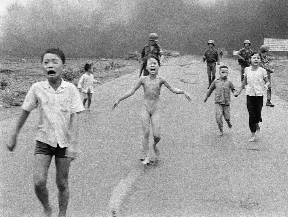 Еще один снимок, посвященный Вьетнамской войне и получивший огромную известность, сделан американским фотографом Ником Ютом в 1972 году. В центре фото - девочка Ким Фук, убегающая из сжигаемой напалмом деревни. Этот кадр вызвал широкий общественный резонанс, а его автор получил Пулитцеровскую премию