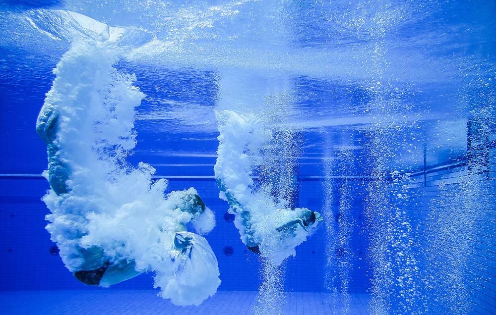 Российские спортсмены Илья Захаров и Евгений Кузнецов предварительном раунде в синхронных прыжках в воду с 3-метрового трамплина
