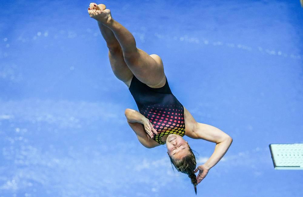 Немецкая спортсменка Тина Панзел во время командных соревнований по прыжкам в воду