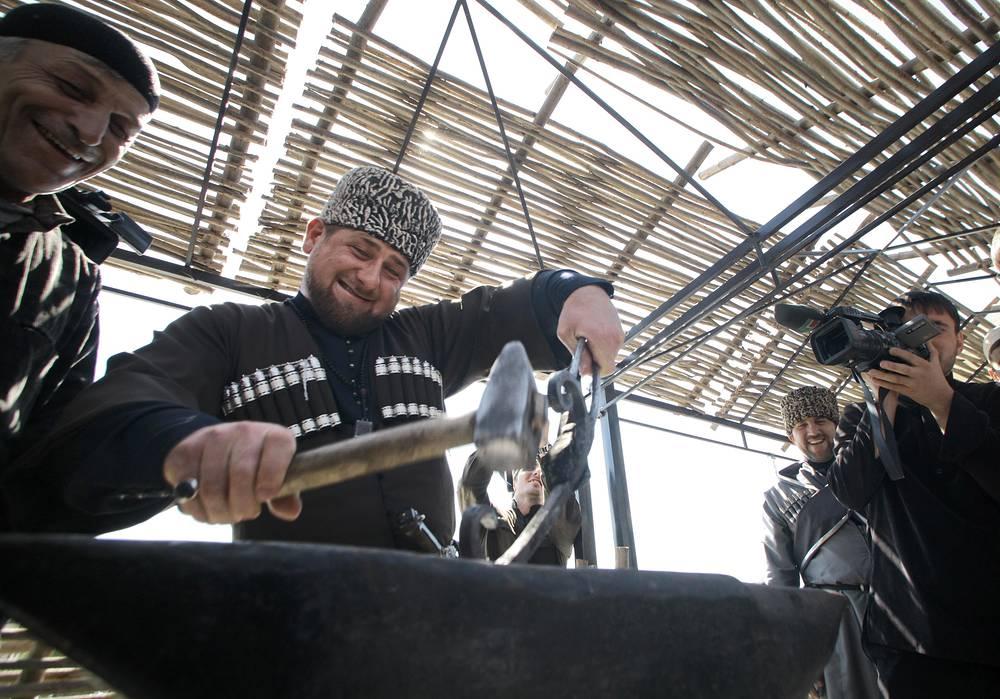 Рамзан Кадыров попробовал себя в качестве кузнеца во время праздничных мероприятий в честь Дня чеченского языка в Грозном, 2012 год