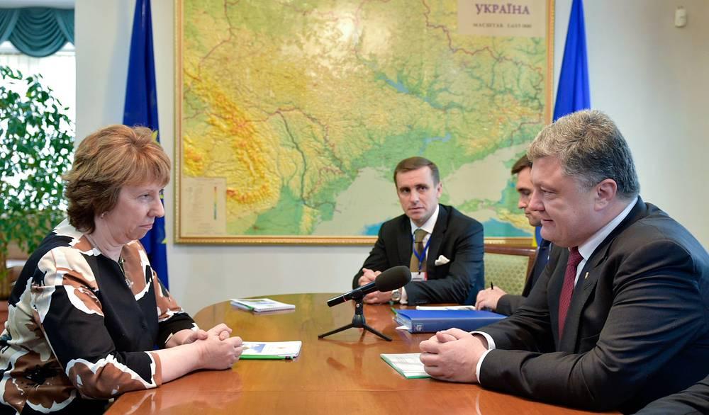 Верховный представитель Евросоюза Кэтрин Эштон и президент Украины Петр Порошенко во время встречи в Минске