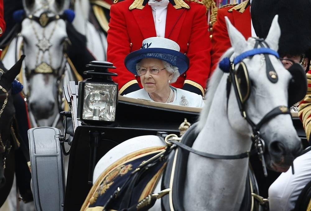 Глава рекордного числа государств - королева Великобритании Елизавета II, чья власть распространяется на 16 стран. Хотя она не имеет политической власти, а роль королевы номинальная и церемониальная, свыше 128 млн жителей 15 государств Британского Содружества Наций, а также Великобритании и 14 Британских заморских территорий признают ее суверенитет