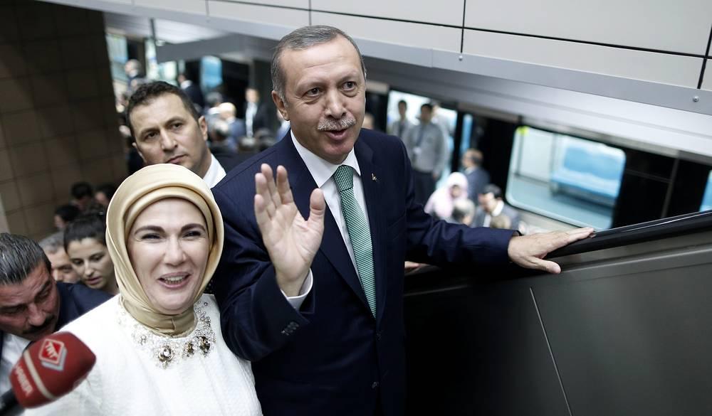 """За время работы Эрдогана премьер-министром ВВП Турции увеличился в 2,7 раза, с $303 млрд в 2003 году до $820 млрд в 2013 году. На фото: Эрдоган с супругой после церемонии открытия первого железнодорожного тоннеля """"Мармарай"""" под проливом Босфор, 2013 год"""