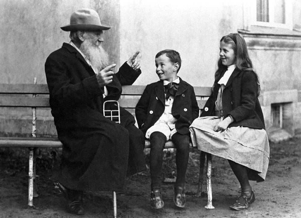 Писатель Лев Толстой рассказывает внукам Соне и Илюше сказку, 1909 год