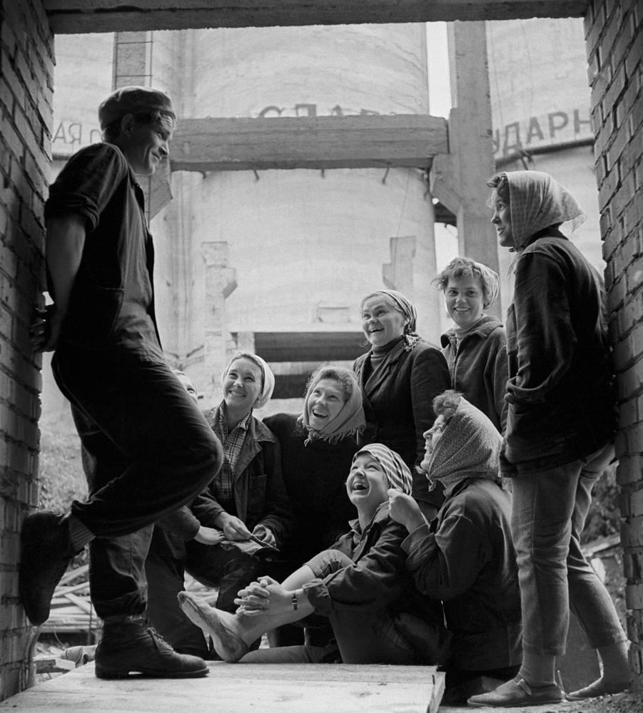 Красноярский край. Молодые строители на ударной комсомольской стройке, 1964 год