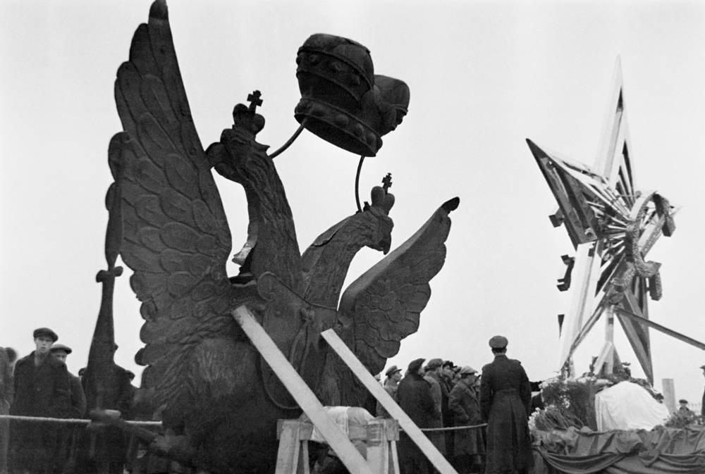 Центральный парк культуры и отдыха. Двуглавый орел, снятый с башни Кремля, и одна из четырех звезд, установленных в 1935 году на кремлевских башнях