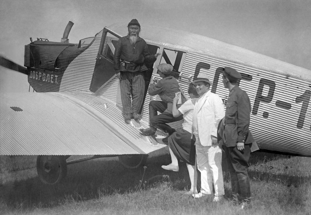 "Делегаты Всесоюзного съезда Советов летят на съезд на самолете общества ""Добролет"", 1929 год"