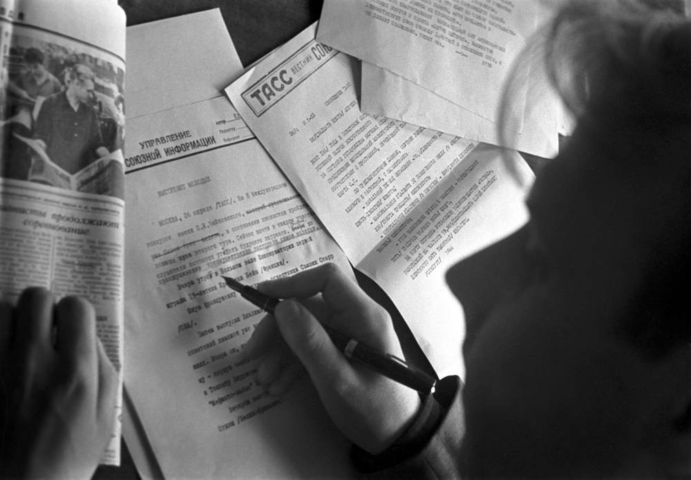 Журналист готовит заметку к печати, 1962 год