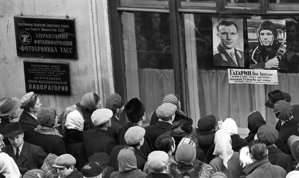 Портрет первого космонавта Юрия Гагарина, выставленный в окне лаборатории фотохроники ТАСС, 1961 год