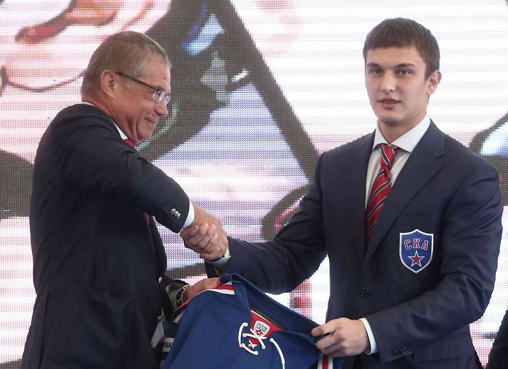 Президент КХЛ Александр Медведев и игрок СКА Андрей Ермаков