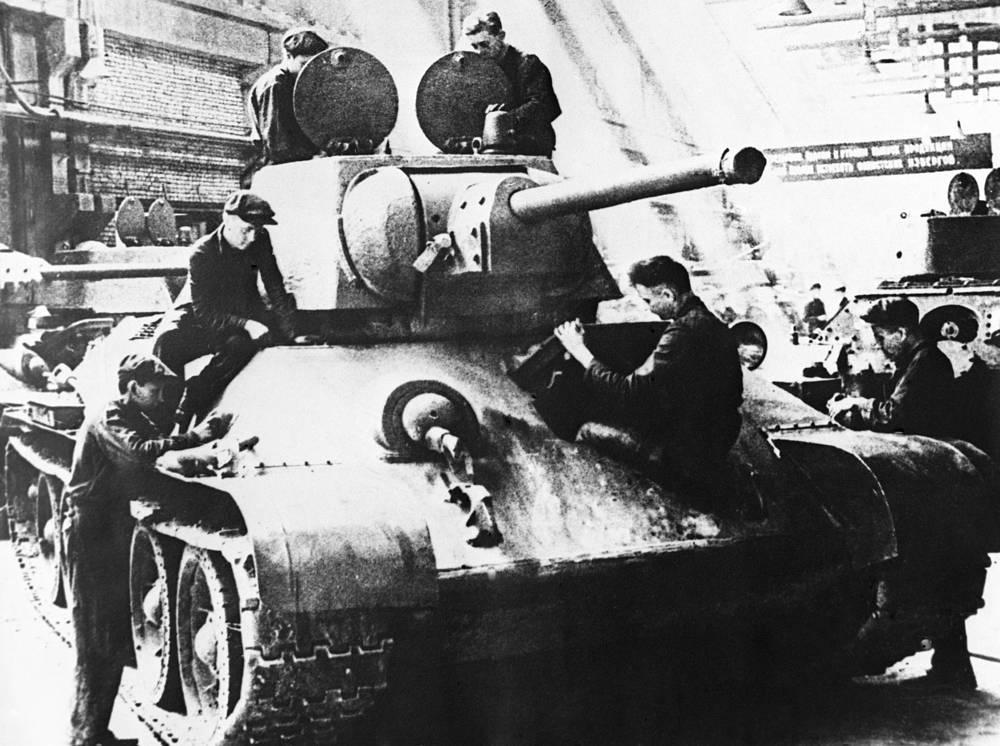 "Производство танков Т-34 на заводе ""Уралмаш"" в Свердловске. 1942 год"