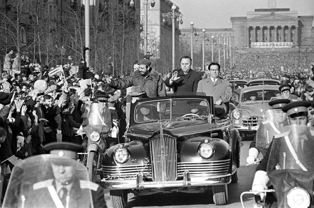 Жители города приветствуют Фиделя Кастро (в автомобиле слева) и других кубинских гостей.  Первый визит Фиделя Кастро в СССР. 1963 год