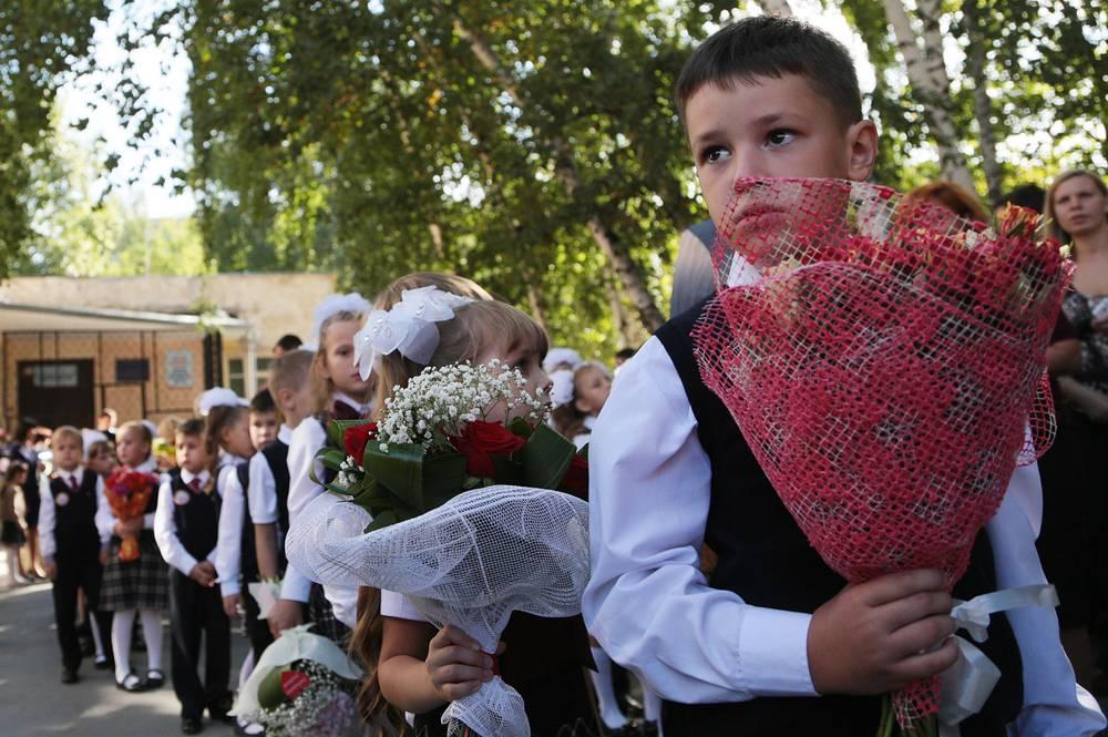 Особое внимание в текущем году уделяется обеспечению прав на получение образования детей беженцев с Украины. На фото: торжественная линейка в День знаний в одной из школ Новосибирска