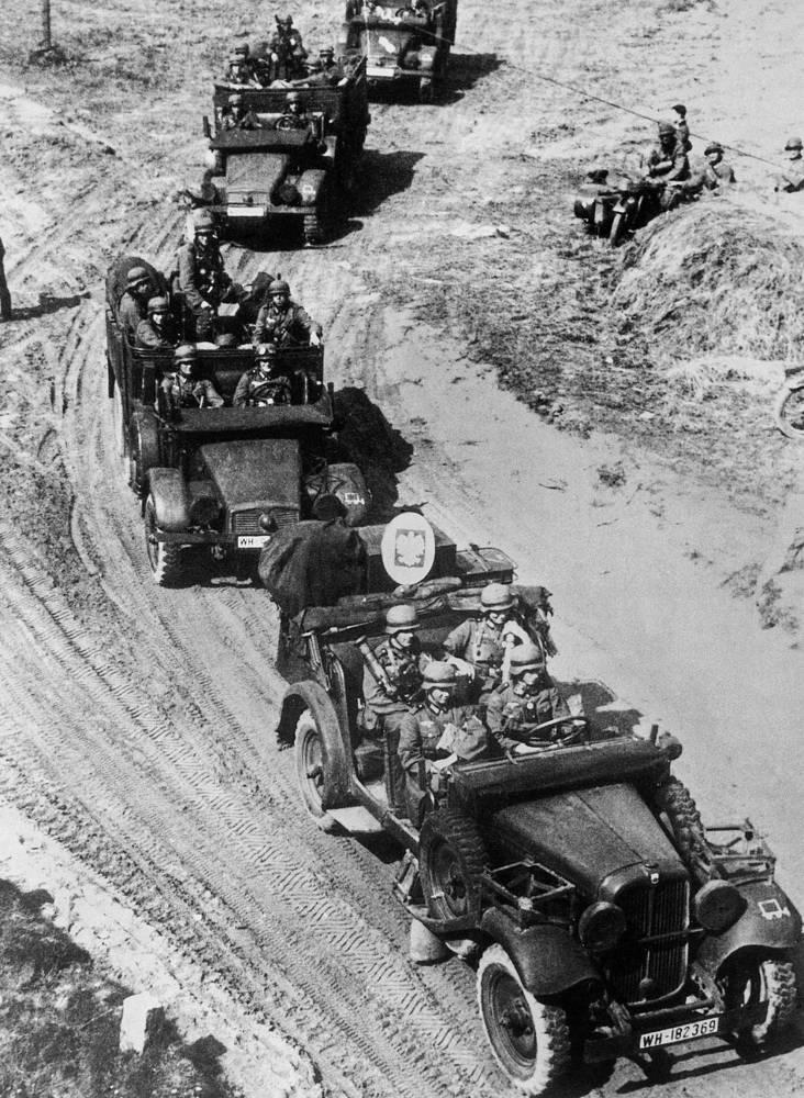 Немецкие войска продвигаются вглубь территории Польши. 3 сентября 1939 года. На головной машине везут взятый в качестве трофея польский пограничный знак