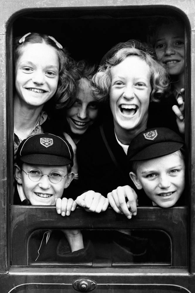 Дети воспринимали эвакуацию как начало внеочередных каникул. Всего из Лондона были вывезены три миллиона женщин, детей и людей, нуждающихся в помощи