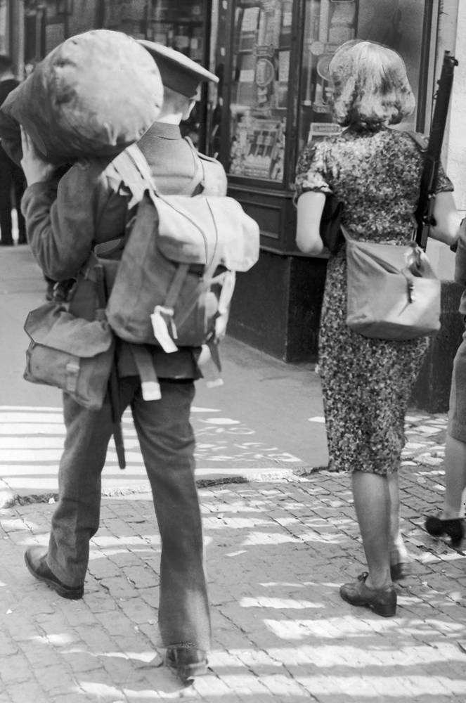 Жена офицера несет его винтовку перед его отправкой в действующую армию. Лондон, 5 сентября 1939 года