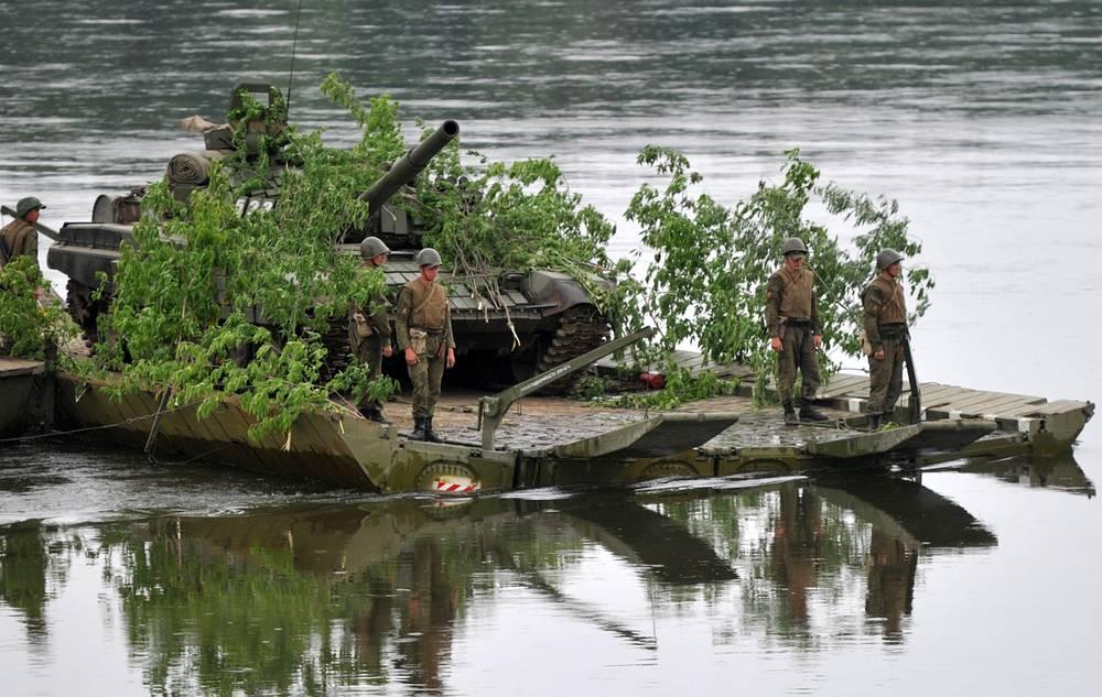 Учения войск ЦВО на полигоне Юргинский в Кемеровской области, 26 июня 2014 года. Танк Т-72 на понтонно-паромной переправе во время выполнения планового задания по преодолению водных преград