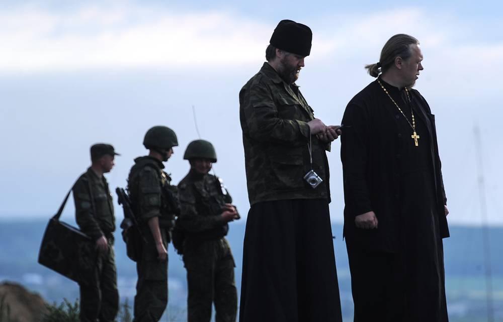 Полковые священники во время учений в рамках комплексной внезапной проверки боеготовности войск Центрального военного округа на полигоне Чебаркуль, 27 июня 2014 года